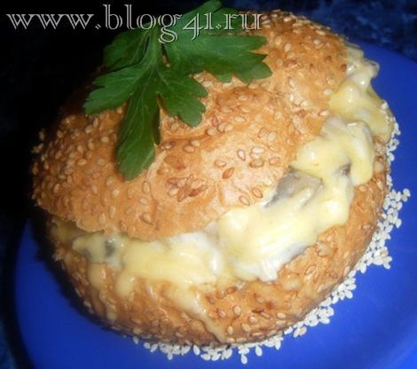 Рецепт приготовления булочек фаршированных колбасой, яйцом и сыром.